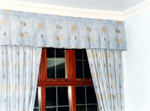 Box pleat curtain valance