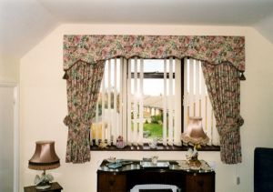 Shaped pelmet & curtains Victorian Rose