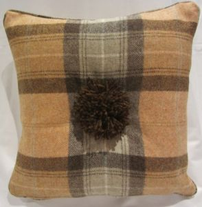Pom pom wool check cushion_0